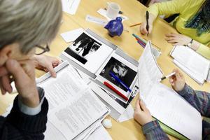 """Eleverna har delats in i grupper och har till uppgift att prata om hur en text är strukturerad. Den här gruppen ska diskutera Göran Tunströms """"Juloratoriet"""". Sedan ska de gå igenom sitt resultat för resten av klassen."""