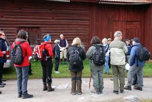 Deltagarna fick före starten på Fjärdingsvägen information av Per Mårthans som jobbar med Vandringsfestivalen.