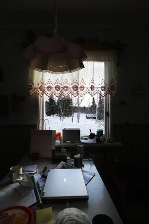 I Johnnys kök är datorn ständigt uppkopplad. – Det är turisterna som gjort att vi har bredband och bra mobiltäckning, säger Johnny.