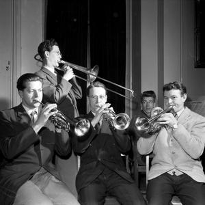 Jazzorkester fotograferad 1953. BD har fotografen skrivit, sedan vet vi inte mer. Vet du? Känner du igen någon?