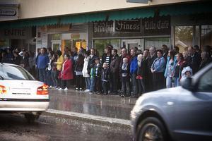 När regnet föll trängde sig publiken ihop där det fanns ett skyddande tak.
