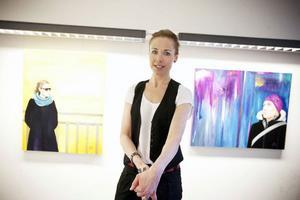 Charlotta Söderbom är bildlärare på Vittragymnasiet. Nu ställer hon ut åtta oljemålningar på galleri Bolin. Vernissagen är i dag.