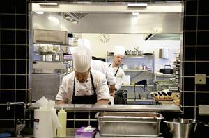 Niklas Edgren spanar ut mot de väntande gästerna. Åtta minuter kvar till servering. Bild: GÖRAN KEMPE