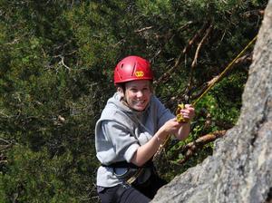 Matilda Olausson visar sin glädje under klättringen mot toppen.