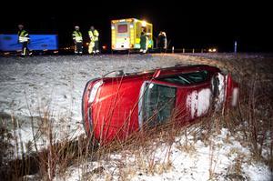 En bil voltade av vägen vid avfarten mot Ornäs på riksväg 50 på onsdagseftermiddagen.