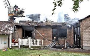 Senare på eftermiddagen pågår eftersläckning. Huset är hetl utbränt.Foto: JOHNNY FREDBORG