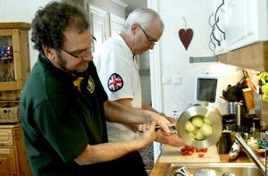 Samarbete. De jobbar parallellt för ett gemensamt mål. Bosse Sander och Erik Eliasson fascineras av matlagning och bjuder gärna på något gott.