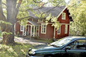 Kränkning. Huset som ägs av ett par i Schweiz, men som sedan ockuperades av en romsk familj. Självklart är det en kränkning för ägarna till huset. Foto: Michael Landberg