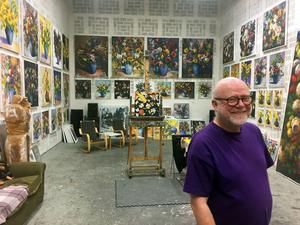 Anders Hultman visar sina kännetecknade målningar med blommor och apmotiv under Öppna Ateljéer.