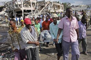 En man som dödats i bombattacken i Somalias huvudstad Mogadishu den 14 oktober förs bort från platsen