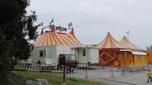 Cirkus Maximum besöker 150 platser under perioden mars till augusti. Nu har de kommit till Vikingalunden i Älmsta.