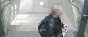 Här har 30-åringen fångats på bild av en övervakningskamera på Gävle centralstation.