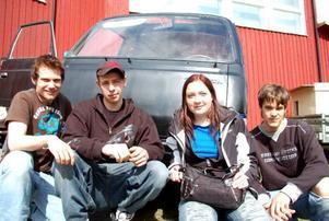 Fordonseleverna Sebastien Nimrell, Dennis Lundgren, Yazmine Artiles och Niklas Henriksson har arbetat med att göra klar en buss till studenttåget.Foto: Jonas Ottosson