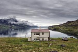 Längst ut i Djupavik vid Reykjarfjorden ligger ett avskilt hus, som också hyser långväga turister.    Foto: Nicklas Elmrin