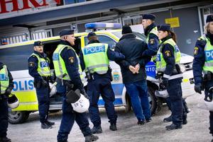 En bråkig Hammarbysupporter tas om hand på Behrn arena i samband med matchen mellan ÖSK och Hammarby.