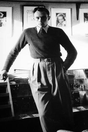 Stig Elvén startade sin fotoaffär på 1930-talet. Här står han i sin butik.