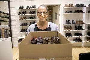Fia Stenhäll som arbetar på Ryns skor tog initiativet till att börja samla in vinterskor till flyktingar som kommer hit. Det går bra att lämna in vinterskor både på Erikslund och i centrum samt i affären i Köping och som tack får de som skänker skor en liten present med sig hem.