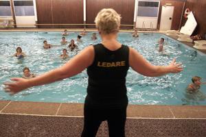 Det är det tredje vattengymnastikpasset sedan gympan startade och Karin Lundmark visar hur motionärerna ska röra sina kroppar i vattnet.
