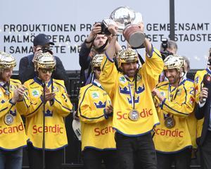 Tre Kronors målvakt Henrik Lundqvist lyfter VM pokalen på Sergels torg i Stockholm, där landslaget hyllades av stora folkmassor på måndagen.