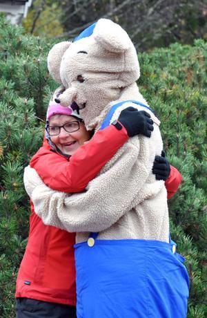 Karin Anger passade på att krama Bamse, som fanns på plats.