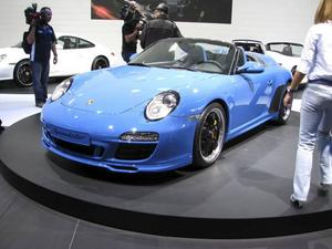 Porsche kan vrida den ena varianten efter den andra ur sin 911-platta. I Paris visades en ny variant av 356 Speedster från 1953. Men den här gången byggd på 911; litet breddad och vässad motor på 408 hästar - och givetvis blå till färgen. Bara två av de 356 bilarna som ska tillverkas kommer till Sverige och tre köpare slåss om dem!