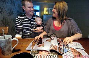 Johan Frykberg och Mia Åström har bläddrat i många bröllopstidningar de senaste månaderna. Sonen Alfredh, sex månader, är för liten för att läsa något ännu.