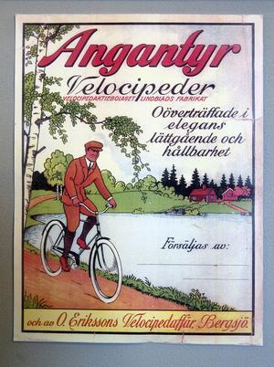 På väggarna finns olika reklamaffischer. Här kunde man köpa cyklar i Bergsjö.