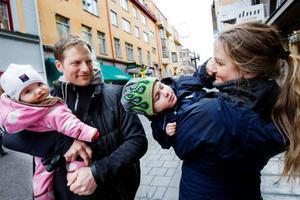 """Johan Hedenström och Hanna Källman har inte gjort någon stor diskussion av hur föräldraledigheten ska delas. Med sonen Viktor, 3 år, var Hanna hemma två år och Johan i tre månader. """"Men med Vera vill jag vara hemma mer, så jag planerar att vara hemma i sex månader"""", säger Johan."""