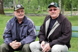 Ingvar Blom och Eskil Persson och Ingvar Blom förbereder inför jakthundsutställningen i vackra Forsparken.
