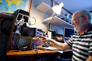 Sten-Åke Körner har under kvällen haft kontakt med bland annat Italien via kortvågsradio. Han föredrar att kommunicera via sin telegrafnyckel och använder då morsealfabetets signaler.