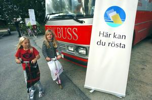 Bokbussen från 1992, som ser till att hålla läslusten vid liv i Kumla kommuns kransorter är i stort behov av renovering. 500 000 kronor som inte finns att tillgå i budgeten skulle behövas för att få bussen i skick för att klara ännu ett val.
