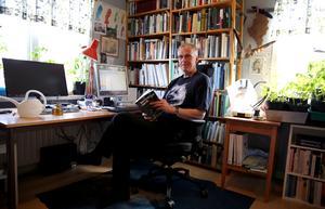 Redaktören för boken Skogslandskap farväl och författaren Bengt Oldhammer i sitt arbetsrum.