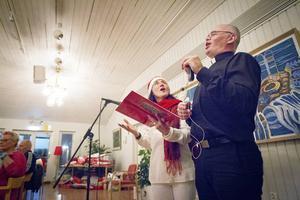 Klassiska julsånger blandades med dikter och julhälsningar. Även präst Erik Tanzborn tog ton tillsammans med kvällens kör.