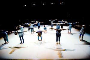 Till Kumla. Kävesta folkhögskolas danslinje medverkar under Kulturlördag på Kumla bibliotek. Bilden togs vid en föreställning 2010. Arkivfoto: Lennart Lundkvist