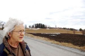 """Det var när ett prospekteringsföretag presenterade planer på gruvdrift här strax norr om Ovikens kyrkor som Diana Fernlund i Myrviken reagerade på allvar. """"De har tänkt sig ett dagbrott här vilket innebär ett jättestort hål i marken"""", säger hon. Men det är uranbrytningen hon oroar sig mest för.  Foto: Catarina Montell"""