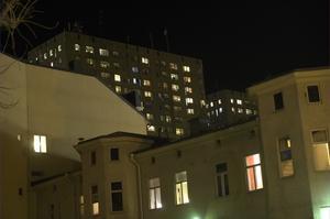 Fredag klockan 20.30: Kyrkogatan i riktning mot Krämarhusen. Kvällen innan Earth hour går av stapeln lyser lamporna i fönstren. Earth hour är enligt arrangören WWF den största miljömanifestationen genom tiderna.