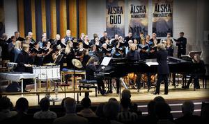 Carmina Burana, en både historisk, ömsint och ljudlig musikalisk resa i det mänskliga ödets eviga obeständighet. Här i söndagens konsert i Pingstkyrkan Örnsköldsvik.