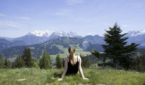 Magiska vyer. Sofia Zetterqvist njuter av utsikten i Tyrolen, Österrike. Tillsammans med resebloggare från andra länder blev hon utvald att testa på att vandra i bergen tillsammans med lamadjur.  Foto: Privat