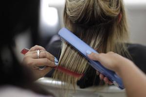 En bra plattång är effektiv och snäll mot håret. För ett skonsamt resultat bör man vara försiktig med väldigt höga temperaturer.    Foto: Felipe Dana/AP/TT