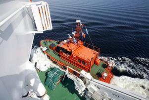 Lotsbåten har lämnat av lotsen och gör sig beredd för avfärd tillbaka till Bönan.