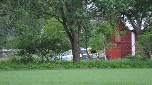Polisen har spärrat av en bostad strax utanför Kumla.