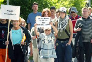 Demonstrationståget gick från Mariedalsskolan till torget i centrum i Timrå och med deltagarnas protestplakat och skallade ramsa om att