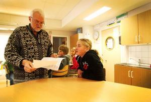 Författaren Örjan Persson har läst 10-åriga Selma Zachrissons uppsats