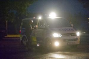 Polisen kontrollerar ett mc-gäng som dykt upp vid en bensinstation i Bollnäs.