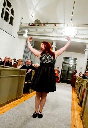 Jessica Lindell Hörning danslärare på Kulturskolan med elever från dansakademin uppträdde i kyrkogångarna till sång av Sahara chics med Himlen i min famn.