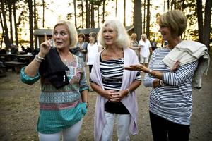 """Fler äldre män. Carina Fredriksson från Hudiksvall, Eva Jacobsson från Stockholm och Pia Hillström från Strängnäs besöker dansen på Ön för första gången. De står och tittar in över dansbanan och väntar på att bli uppbjudna. """"Det är lite ung publik. Det borde vara fler äldre män"""", säger Carina Fredriksson."""
