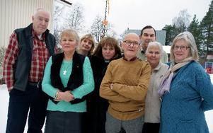 – Jag ifrågasätter starkt om vi kan upphandla PWC ytterligare en revisionsperiod, säger Nils Uhlén, som här står bakom Lennart Thorslund, C, Eivor Bälter, C, Karin Wallin, kyrkorådets sekreterare, Karin Egebjer, kyrkoherde, Jack Gullholm, M, Nils Uhlén, S, Gudrun Lindgren, C, och Ulla Dahlberg, Posk. Foto: Jennie-Lie Kjörnsber DD den 22 januari.