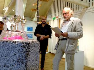 Stipendiat. Amad Hamid Norén får stipendiet för unga vuxna 2014 av Leifo Pehrson, ordförande i Norra Vätterns bild och formkonstnärer.