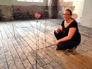 Charlotta Östlund, uppvuxen i Avesta, bor i dag i Helsingfors, visar en installation med blommor  i Meken.