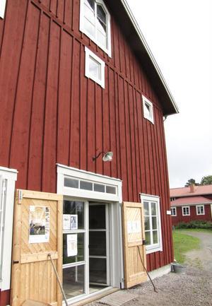 Lammkatedralen i Långhed, i bakgrunden bageriet.